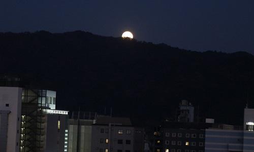 20171203大文字山と満月.JPG